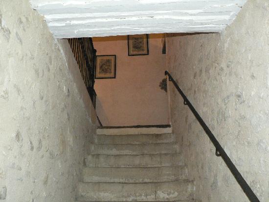 Les Artisanales en Provence : accedez à votre suite par un grand escalier de pierres