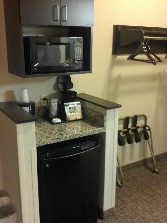 Holiday Inn Express & Suites Fairmont: In-room Microwave & Refrigerator
