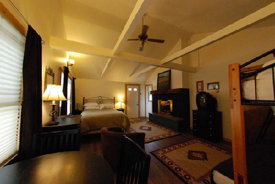 The Hyde Away Inn: Fireplace Room