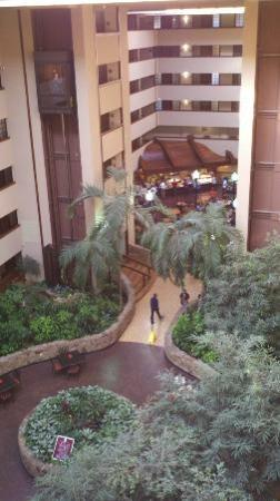 Embassy Suites by Hilton Oklahoma City Will Rogers Airport: View from the elevator to breakfast area.