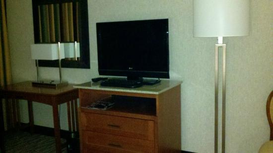 Embassy Suites by Hilton Oklahoma City Will Rogers Airport: Two flat screen TVs.
