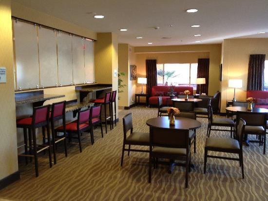 Holiday Inn Express & Suites Phoenix Tempe University : Dining area