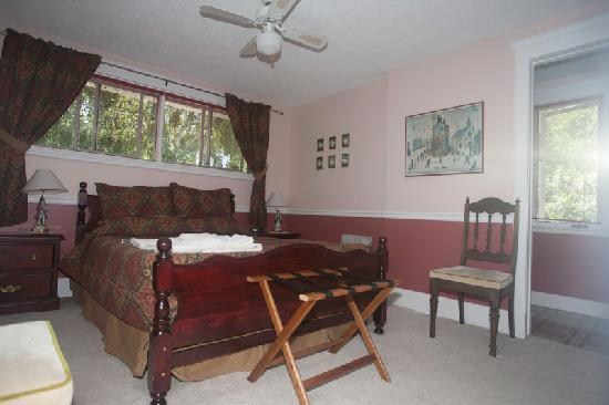 Silver Birches by-the-Lake B&B: Meritage queen room with ensuite and lake views