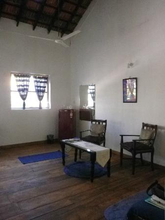 Mitaroy Goa Hotel: blue suite - living room