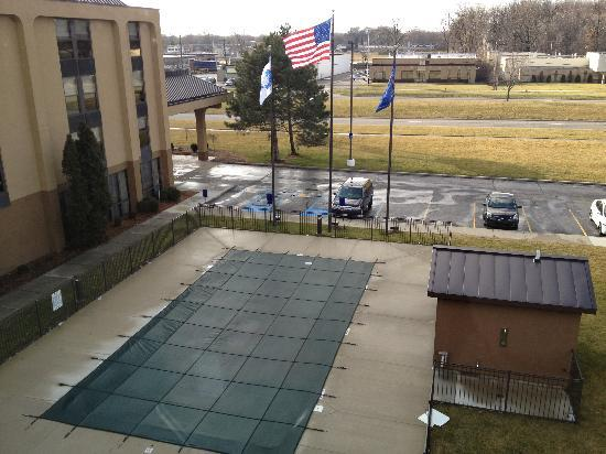 Hampton Inn Detroit / Madison Heights / South Troy: Looking at their pool and the parking
