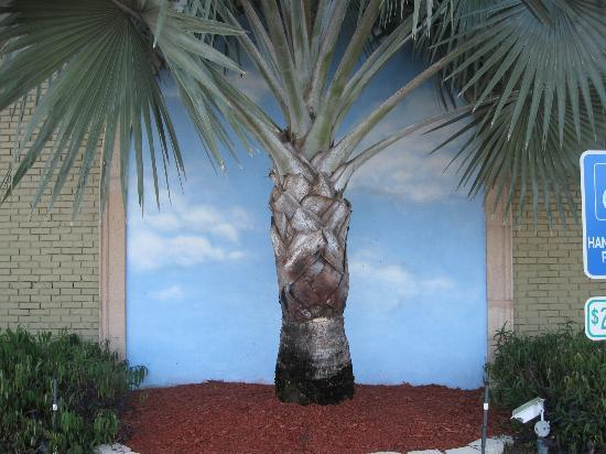 Ramada by Wyndham Naples: REAL PALM TREE IN FRONT OF PAINTING
