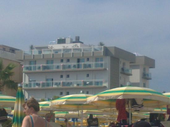 Misano Adriatico, Włochy: L'Augustus visto dalla spiaggia