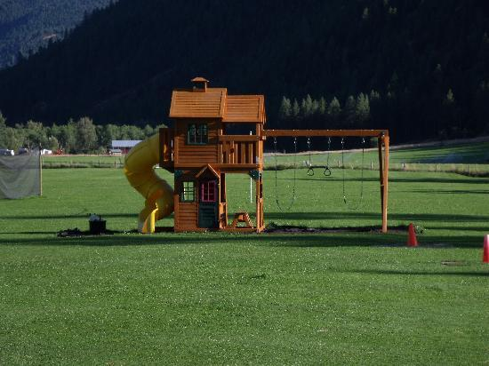 Kettle Valley Villas: Large play area for kids and pets