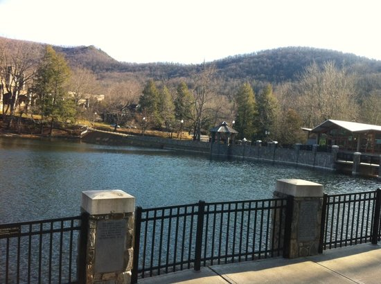 Montreat, Kuzey Carolina: Ten Thousand Villages is the building to the far right of the lake!
