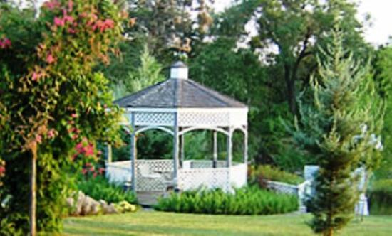 Grey Stone Manor B&B: Gazebo With A View Of The Grounds