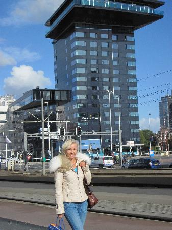 Inntel Hotels Rotterdam Centre: The hotel building behind of me (formerly Golden Tulip Rotterdam Centre)