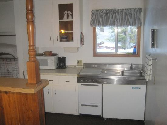 Tamarack Motor Lodge: Kitchen