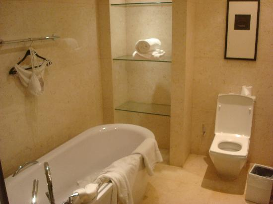 The Sandalwood, Beijing - Marriott Executive Apartments: bathroom