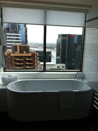 โรงแรมอโมร่า แจมิสัน: Beautiful bath and views!