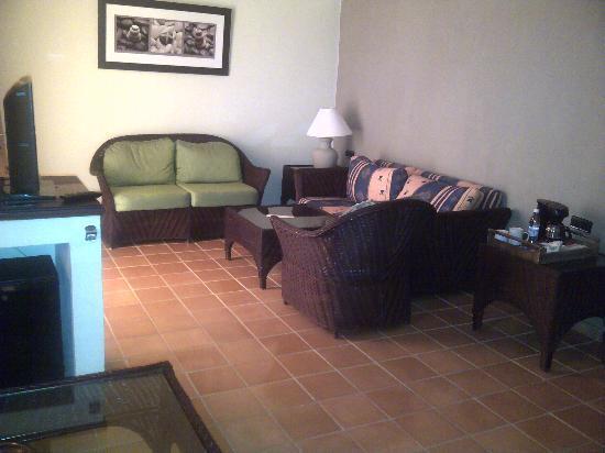Catalonia Bavaro Beach, Casino & Golf Resort: Living room area in Privileged Suite.