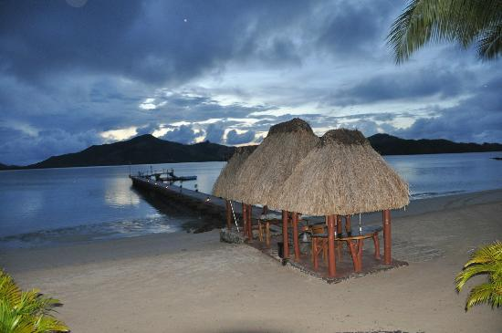 Turtle Adası, Fiji: Even on a cloudy evening, the sunsets are breath taking!
