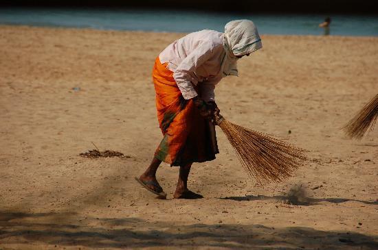 Agonda Beach: Sweeping the beach