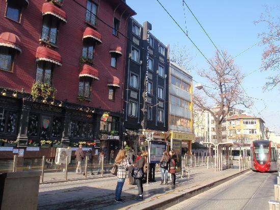 The Constantine Hotel : Delante del hotel hay una parada de tranvía
