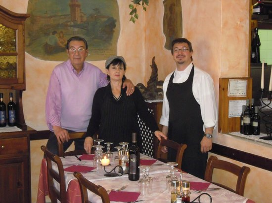 Trattoria Al Fungo : scorcio del locale con gli affreschi ai muri e i gestori:la famiglia Gramolelli