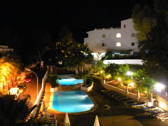 Grupotel Oasis : Einer der zwei Pools, Blick Richtung Rezeptionsgebäude