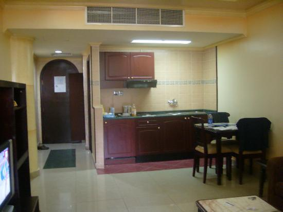 Oriental Palace Hotel Apartments : kitchenette