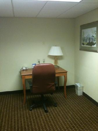 Holiday Inn Express Hotel & Suites Charlotte Airport-Belmont: work desk