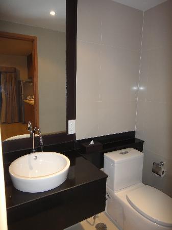 Viva Garden Serviced Residence: Extra toilet in the livingroom.
