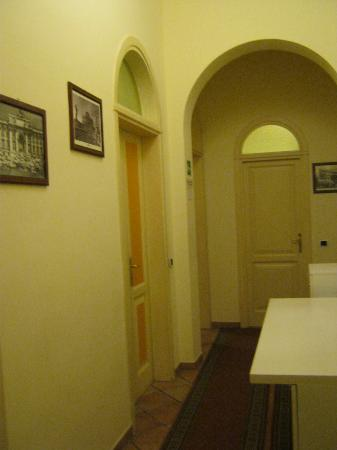 Papaya Female Hostel: entrance hallway
