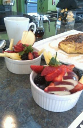 Newton's Paradise Cafe: Fruit and Breakfast