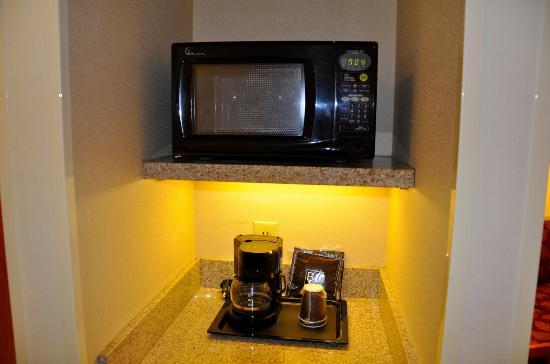Fairfield Inn & Suites Atlanta East/Lithonia: Microondas y cafetera