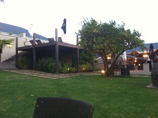 Royal Restaurant: de tuin bij zonsondergang
