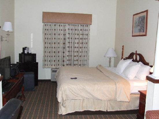 Comfort Suites Historic District: Bedroom King Size Bed
