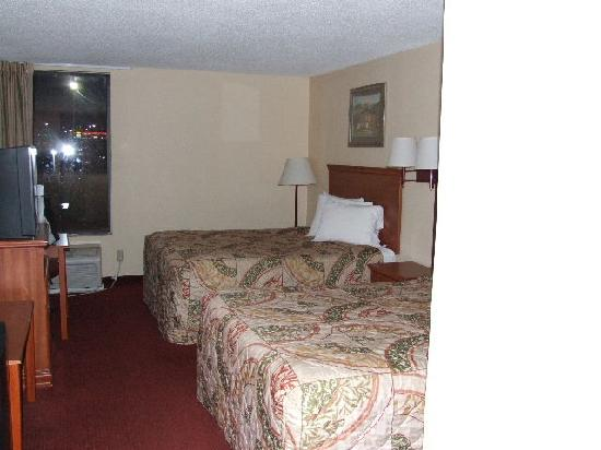 Days Inn Mount Hope: Room look clean but it's not