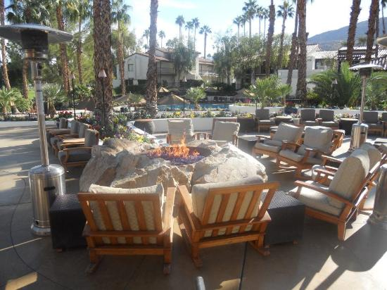 Omni Rancho Las Palmas Resort & Spa: Fire pit in the courtyard - great for evening drinks