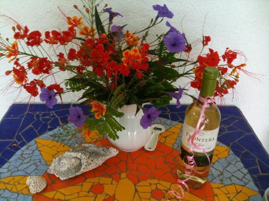 Villa Sunflower: Garden flowers, seashells and wine. Life is good. :)