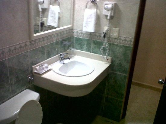 Foto de hotel plaza campeche campeche peque o lavamanos for Mueble esquinero bano