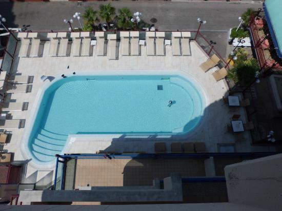 Hotel Brioni Mare: The pool seen from our room.
