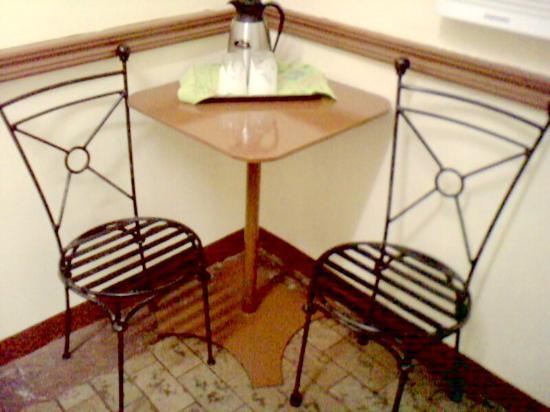 Travelbee Capitol Inn Cebu: their mini breakfast nook with thermos and drinking glasses
