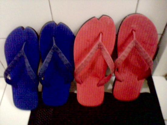 Travelbee Capitol Inn Cebu: the rooms bathroom slippers