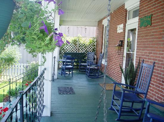Old Clark Inn: Rocking Chair Porch