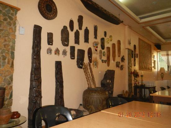 Darayonan Lodge: woodworks lining the dining area