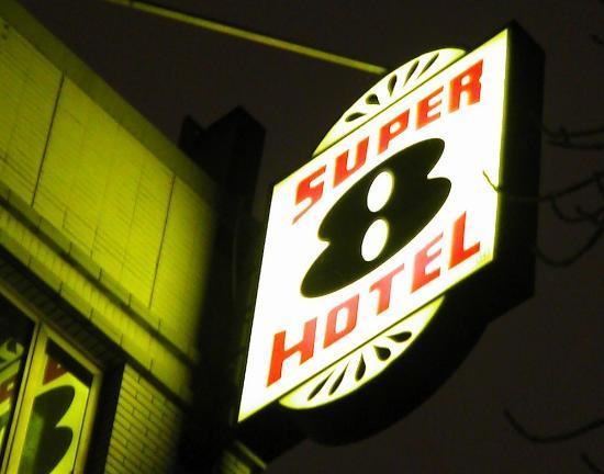 Super 8 Beijing Jinbao Street: Das Logo des Super 8 hotel - schon vom Weiten erkennbar