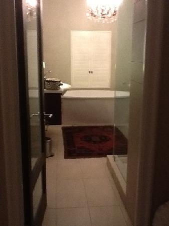 Bishopsfield Guest House: bathroom 1