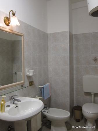 Albergo Cavour : Baño 1