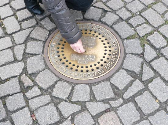 Bremer Stadtmusikanten: Das 'Groschengrab' (für Spenden) in der Nähe der Figurengruppe mit den Tierstimmen