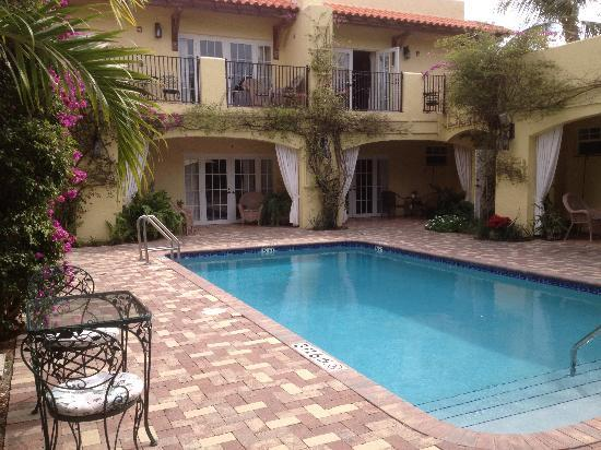Grandview Gardens Bed & Breakfast: Poolside