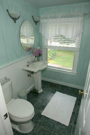 Hamptons House of Gardens Bed & Breakfast: Bathroom for transition suite