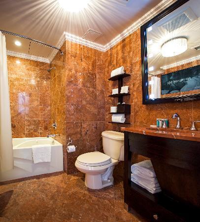 โรงแรมแฟลติรอน: King Room Jacuzzi Tub