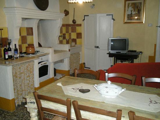 Entrata: salotino con cucina e televisione - Picture of Ca\' San ...