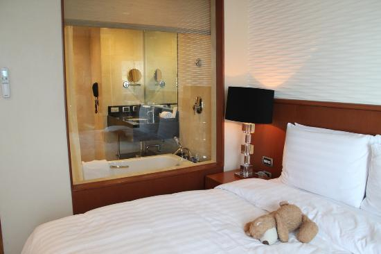 Eastwood Richmonde Hotel: Superior room with view of the bathroom through the glass wall